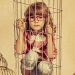 девочка в клетке